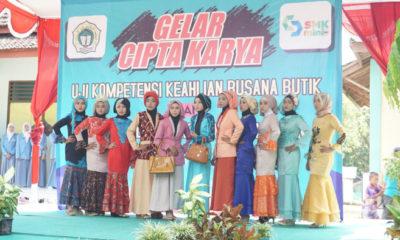 Siswi SMK Mamba'ul Ihsan sedang beraksi di atas panggung memamerkan busana.