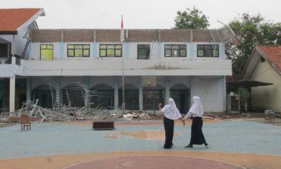 Atap bangunan dua ruang kelas di SMP Negeri 2 Kebomas tampak roboh berserakan