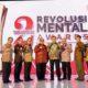 Direktur Utama Petrokimia Gresik, Rahmad Pribadi (ke-4 dari kanan) bersama dewan juri Revolusi Mental Award BUMN usai menerima tropi penghargaan The Best CEO Revolusi Mental Etos Kerja