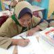 sejumlah siswa saat menunjukan hasil karyanya berupa karikatur BJ Habibie