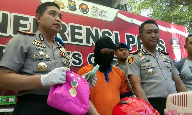 Kapolres Gresik AKBP Wahyu Sri Bintoro didampingi Kapolsek Cerme AKP Iwan Hari Poerwanto saat menunjukkan tersangka beserta barang buktinya