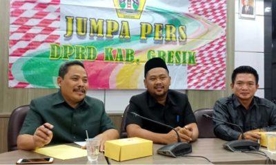 Ketua DPRD Gresik, Fandi Akhmad Yani (baju hitam berkopyah tengah) saat jumpa pers bersama awak media