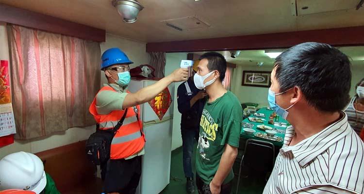 Pengecekan suhu tubuh awak kapal asing di Pelabuhan Petrokimia Gresik