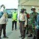 Bupati Gresik Sambari, saat memberikan arahan kepada petugas check point agar memberikan pelayanan yang humanis