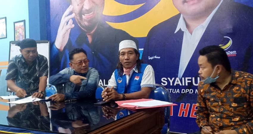 Anggota DPRD Gresik Nur Hudi didampingi Tim Advokasi DPD Nasdem Irfan Choiri saat memberikan statemen klarifikasi kepada awak media