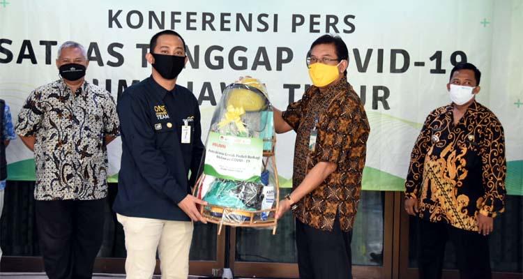 Penyerahan Bantuan APD Secara Simbolis dari Ketua Tim Posko Satgas Covid-19