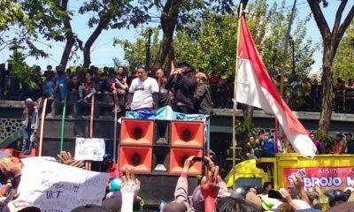 UNJUKRASA : Ribuan maasa yang tergabung dalam Aliansi Pekerja Seni Gresik (APSG) saat berunjuk rasa didepan Gedung DPRD