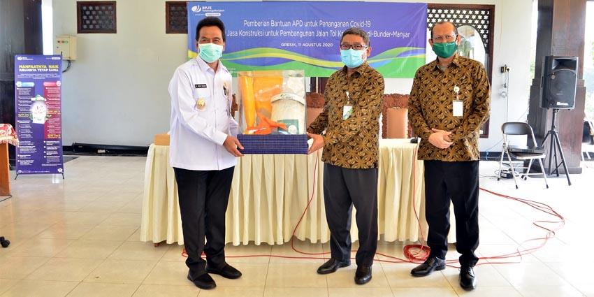 Deputi Direktur BPJS Ketenagakerjaan Wilayah Jawa Timur Dodo Suharto yang didampingi Kepala Cabang BPJS Ketenagakerjaan Gresik Ahmad Fauzie Usman saat memberikan bantuan kepada Wakil Bupati Gresik Dr. Mohammad Qosim