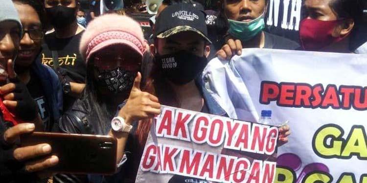 UNJUK RASA : Ratusan pekerja seni Kabupaten Gresik saat berunjuk rasa didepan gedung DPRD