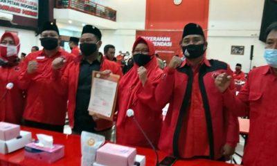 TERIMA REKOMENDASI : Gus Yani dan Bu Min didampingi Ketua DPC PDIP Gresik Mujid Riduan dan pengurus lain saat menerima rekom