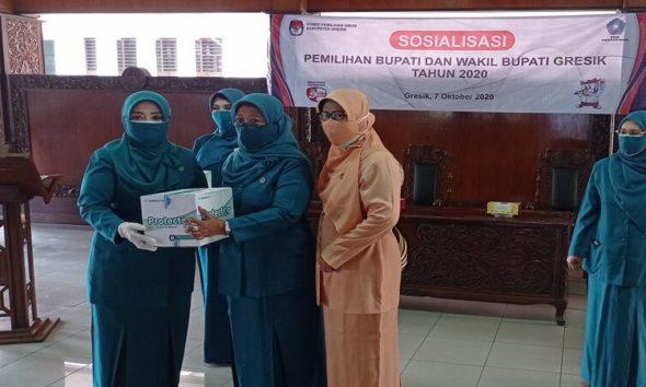 BAGIKAN MASKER : Ketua Tim Penggerak PKK Persatuan Kabupaten Gresik, Maria Ulfa Sambari membagikan 20 ribu masker melalui TP PKK Kecamatan di Pendopo Bupati Gresik.